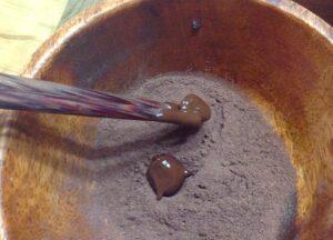 珈琲豆チョコにココアをまぶす