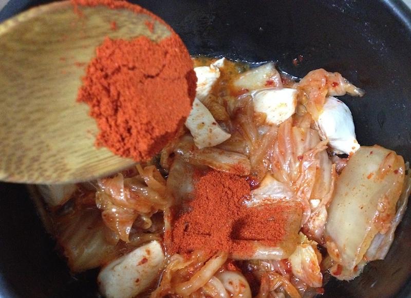 肉とキムチを炒める