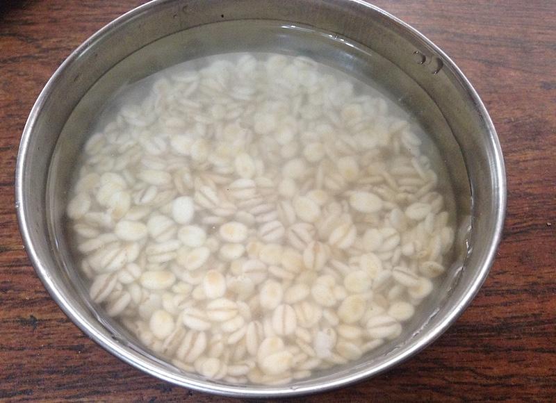 押麦を水につける