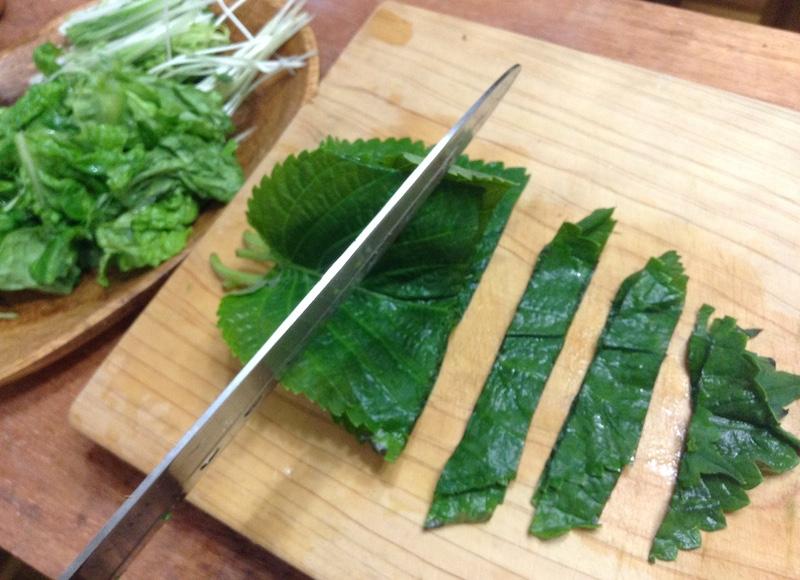 生野菜を切る