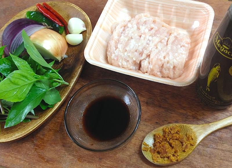 タイバジルと鶏肉のスパイシー炒め材料