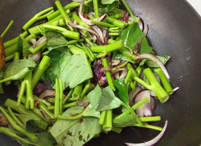 空芯菜を炒める