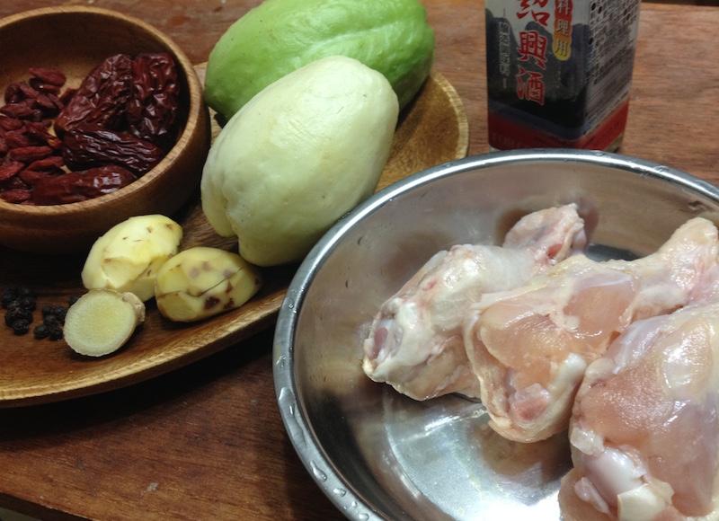 鶏肉とハヤトウリの薬膳スープの材料