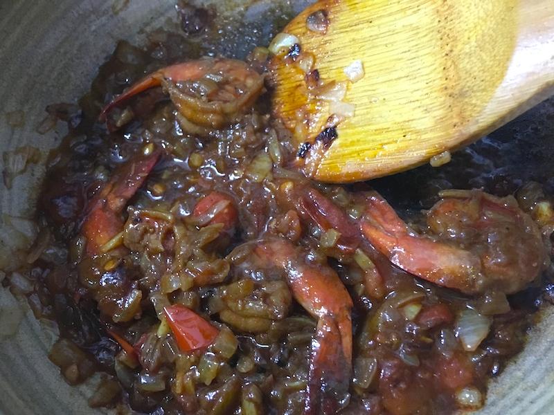 海老を炒める