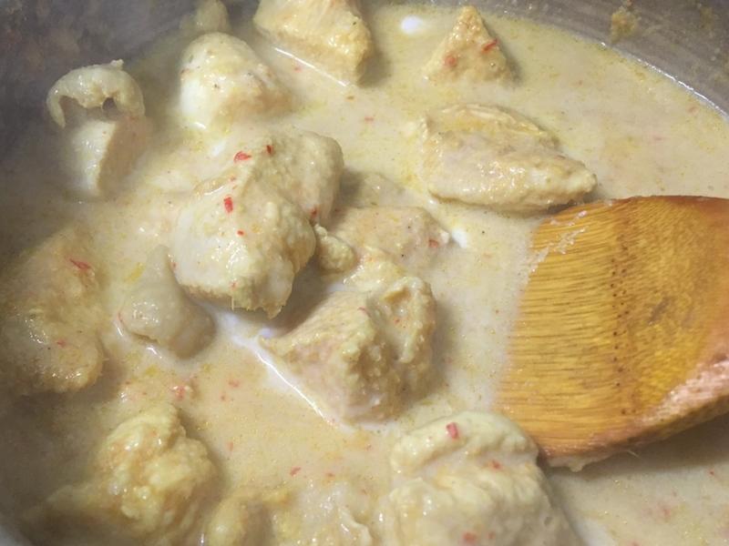 鶏肉を煮込む