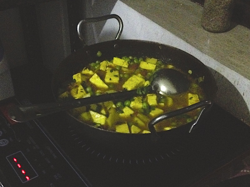インド人に教わった【アルーマタルパニールのレシピ】野菜チーズカレー