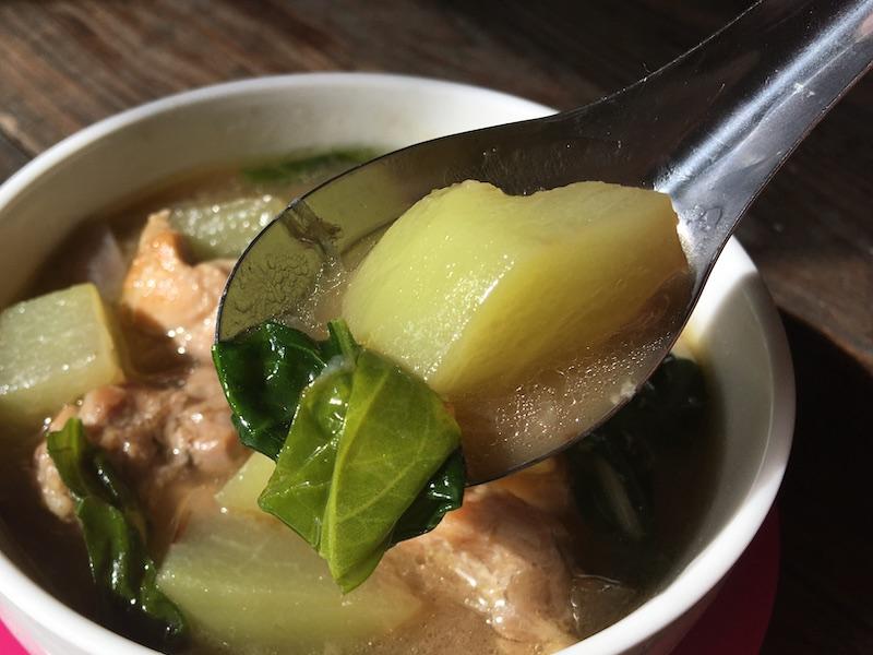 唐辛子の葉を使ったフィリピンのスープ【チキンティノラ】レシピ