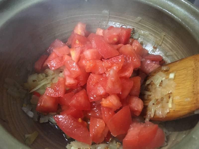 トマトを加えて炒める