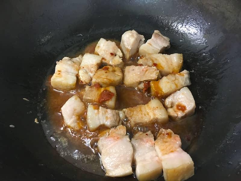 豚バラ肉を腐乳で炒める
