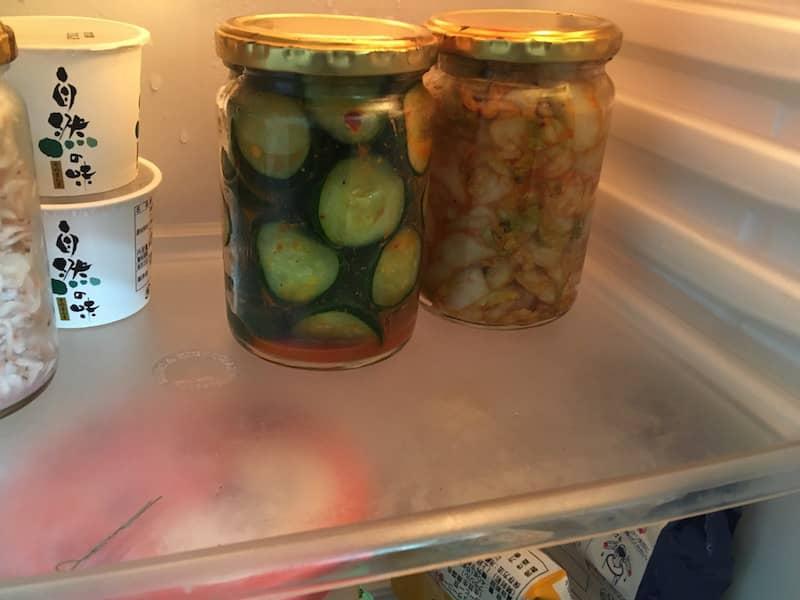 キムチを冷蔵庫に入れる