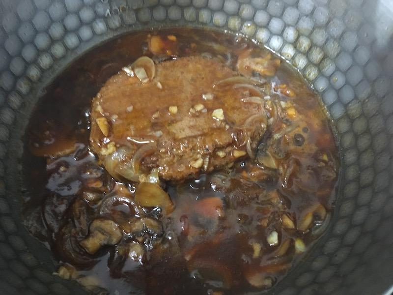 大豆ミートハンバーグを煮込む