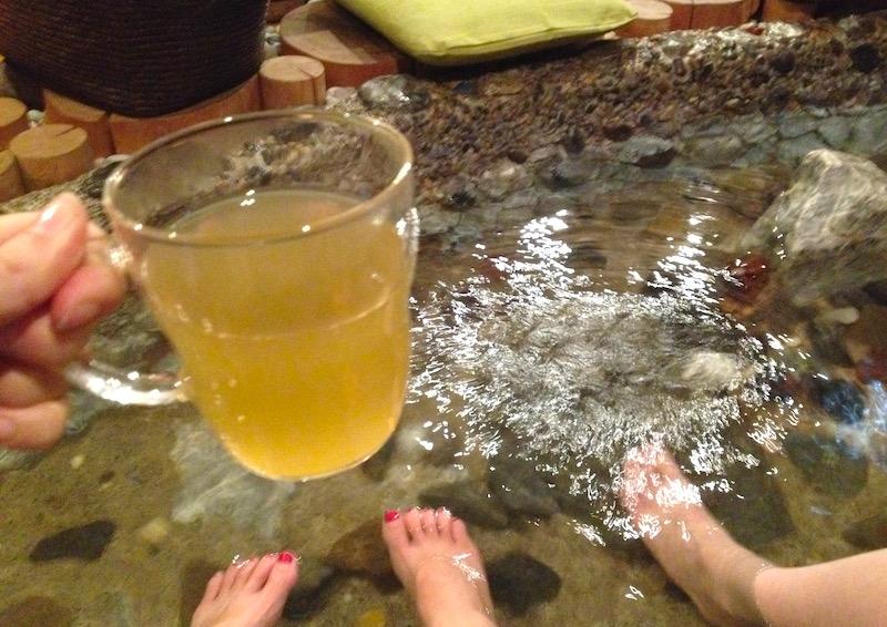 サマハン飲みながら足湯