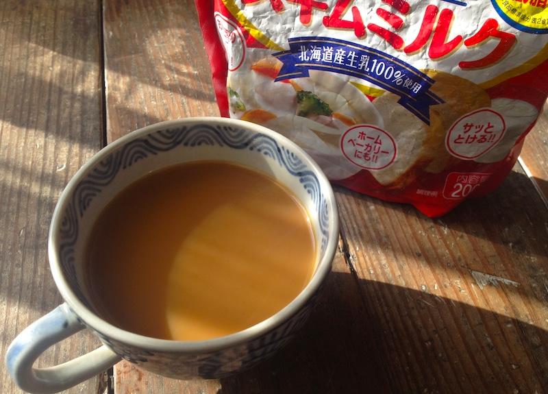 コーヒーにスキムミルク